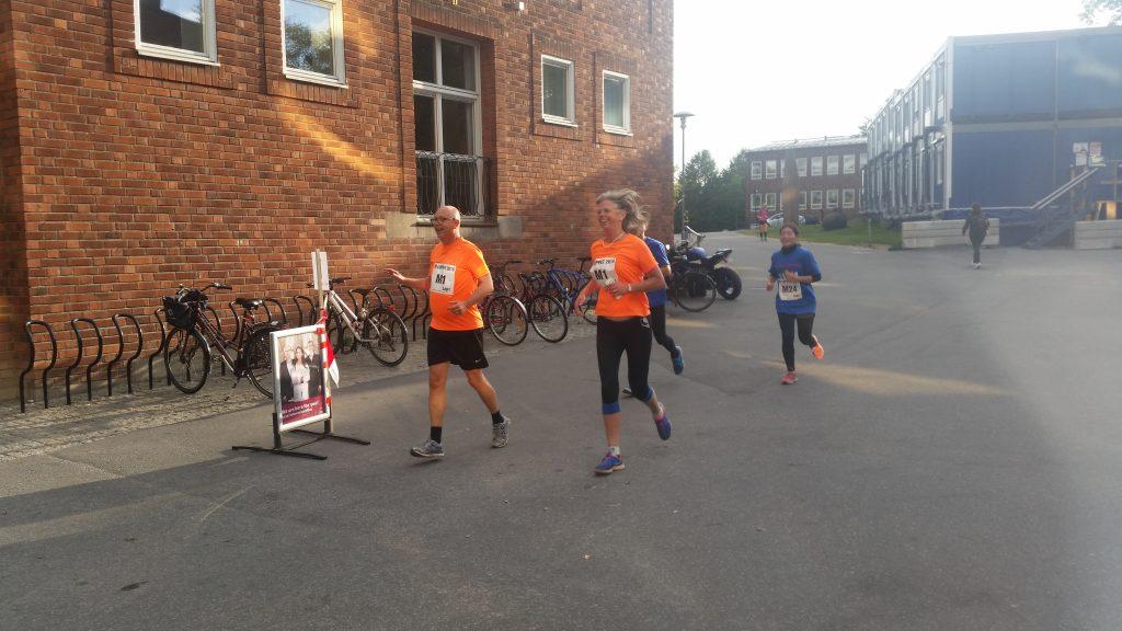 Henrik Grönberg och jag springer KI-Loppet